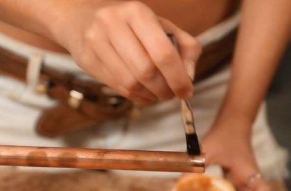 Нанесение флюса на трубу