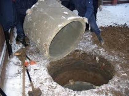 Опускание колец меньшего диаметра в шахту колодца