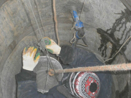 Оштукатуривание (герметизация цементом) колодезного шва