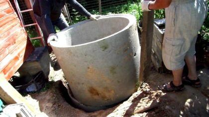 При небольшой глубине, канализацию для частного дома из бетонных колец можно собрать вручную, без подъемного крана