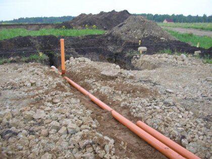 Процесс укладки трубы канализации