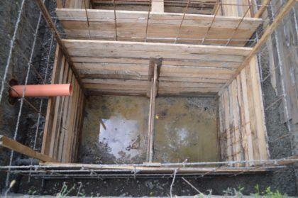 Опалубка заливается бетоном