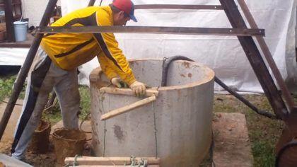Откачка воды со дна колодца