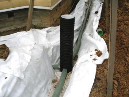 Укладка дренажных труб и подключение их к ревизионным колодцам