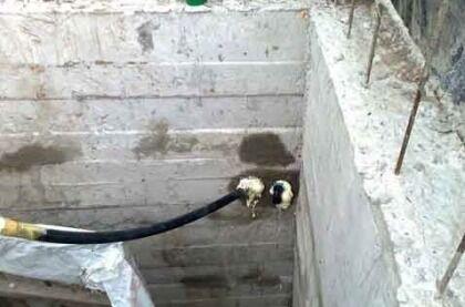 Вывод водопровода в бетонном кессоне