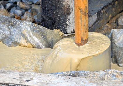 Грязная вода выливается из трубы