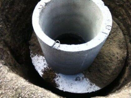 Обратная засыпка и установка плиты перекрытия с доборным кольцом септика из бетонных колец