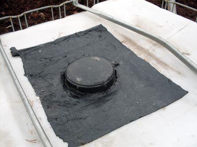 П-образные швы, которые мы прорезали болгаркой в начале работы, запаиваем клепками, герметизируем силиконом и запаиваем слоем гидроизоляции