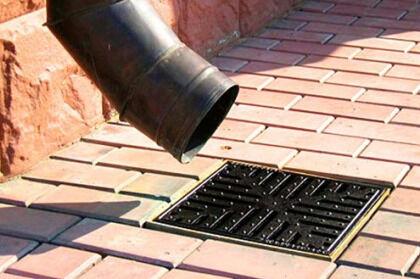Вывод водосточной трубы над ливневой канализацией