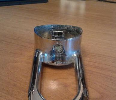 Демонтированный рычаг смесителя