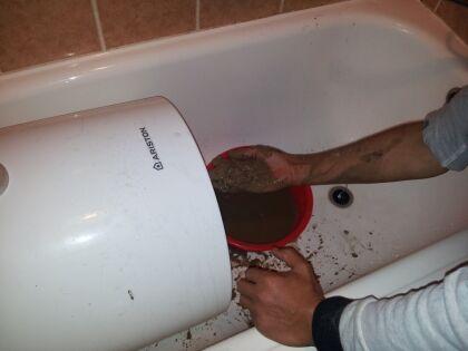 Для полной очистки нужно снять ТЭН и слить воду через монтажное отверстие