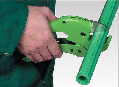 Нарезка полипропиленовых труб с помощью специализированного резака