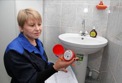 Сотрудники УК засвидетельствуют факт неисправности водомера