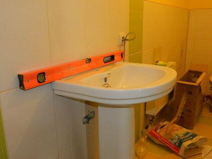 С помощью строительного следует добиться горизонтальности умывальника и вертикальности «ножки», после чего карандашом на стене произвести разметку в местах крепежных отверстий