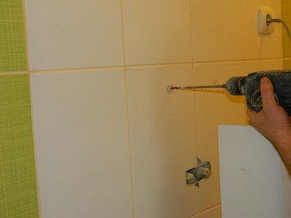 Используя перфоратор (диаметр сверла 7 мм), нужно точно по разметке аккуратно выдолбить отверстия под кронштейны