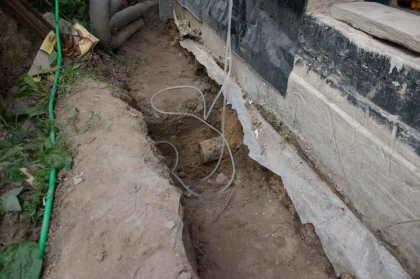 Прежде, чем начать сборку и установку конструкции, необходимо вывести трубу наружной канализации через фундамент сооружения наружу