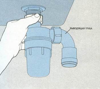 Пикручиваем сифон к стыковочному патрубку под отверстием слива