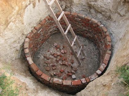Возведение стенок выгребной ямы из кирпича