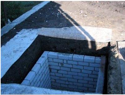 Выгребная яма с кирпичными стенами