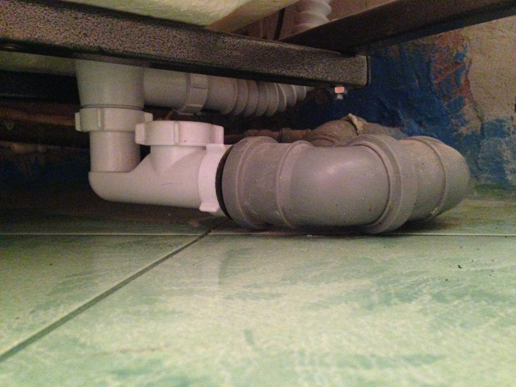 Почему идёт запах из канализации