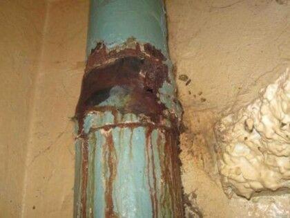 Старый чугунный стояк канализации