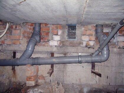 На фото пример уклона канализационной трубы