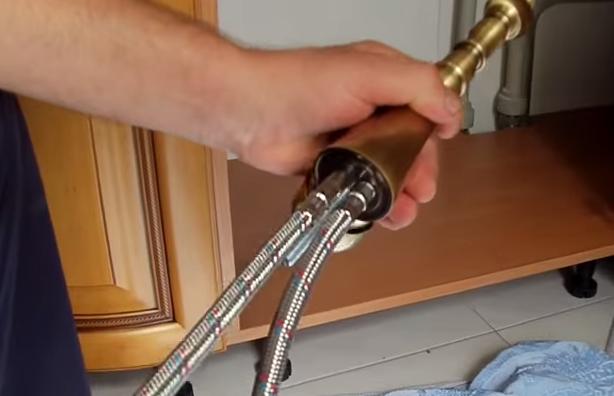 как поменять шланг на смесителе на кухне видео