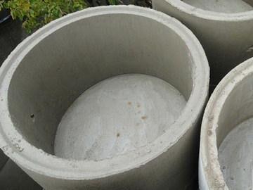 Чтобы не заливать бетонное дно, можно приобрести готовые ж/б кольца с дном