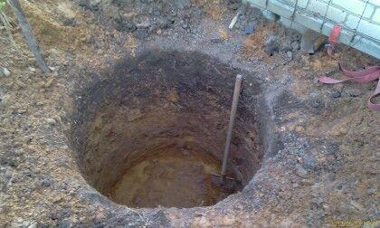 Делать выемку грунта вручную при высоком уровне воды очень тяжело
