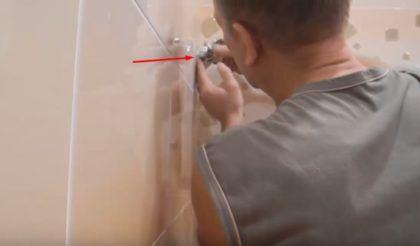 Закручивается фитинг с декоративным отражателем во внутреннюю резьбу трубы