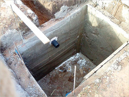 Пример негерметичной выгребной ямы с монолитными бетонными стенками