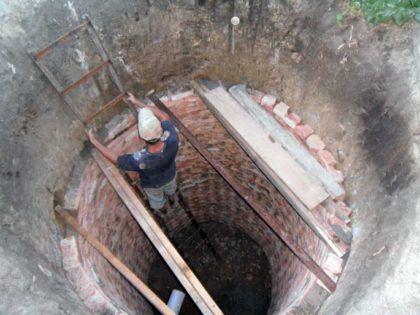 Процесс строительства кирпичной выгребной ямы