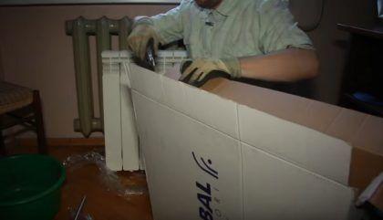 Разрезание упаковки на части при помощи ножа с выдвижным лезвием