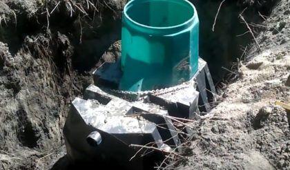 Септик зафиксирован на бетонных «якорях»