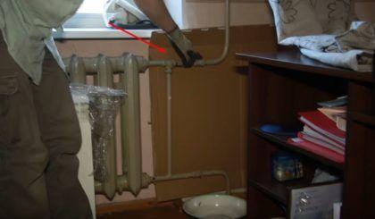 Лист картона за отопительным стояком и байпасом. На полу можно заметить тазик – он понадобится вам в том случае, если в трубах еще осталась вода