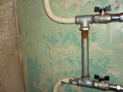 Классический пример, подходящий для большинства квартир – на отводах ранее демонтированного полотенцесушителя нарезана резьба, на нее, в свою очередь установлены два тройника. Между ними – короткая труба, которая и является байпасом. Далее – два крана для перекрытия потока воды в полотенцесушитель. Подобные байпасы, установленные в стороне от стояка, называются смещенными