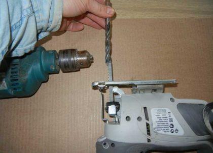 Для того чтобы лобзик мог резать столешницу, надо просверлить в ней начальное отверстие для лезвия лобзика