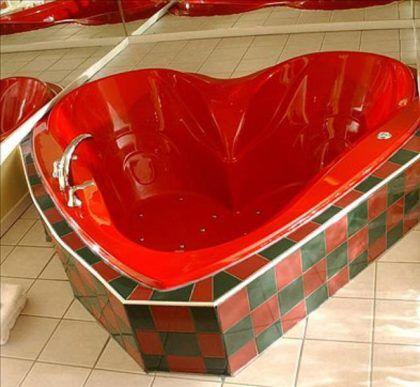 Красная ванна в форме сердца