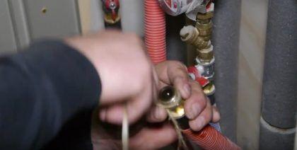 Подготовка крепежной арматуры отводящей трубы отопления