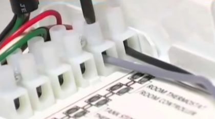 Подклюение - проводки, просунутые через коннекторы, зажимаются в контактах винтами