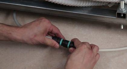 Подключение к коннектору кабеля, который потом будет идти к розетке