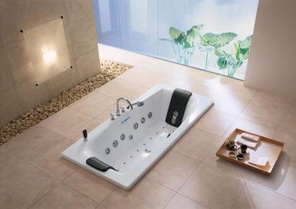 Стальная гидромассажная ванна в интерьере