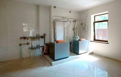 Нагревательное оборудование, размещенное в отдельном здании котельной. Как и в случае со встроенным в дом помещением, пол и стены отделаны плиткой