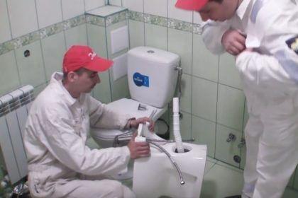 В данном случае для подключения к канализации используется гофра. Работа с обычной трубой сложнее, но при этом такая коммуникация будет надежнее и долговечнее – засоряется она гораздо реже