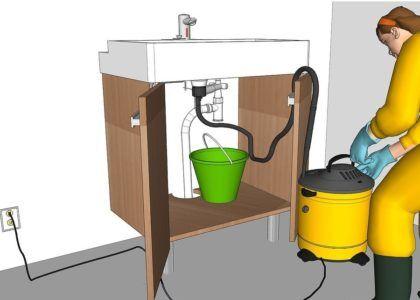 Приложите наконечник промышленного пылесоса под пробку сливного отверстия