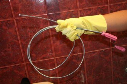 Тросом можно разбить плотную пробку, а также вынуть посторонние предметы из слива