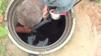 Шланг доставляется в канализационную трубу