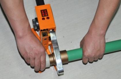 Полипропиленовую трубу и фитинг с усилием вставляют в насадки паяльника, выдерживают 3-4 секунды до полного прогрева деталей