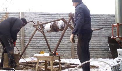 Выемка грунта со дна колодца