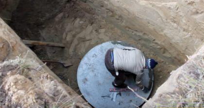По краю дно промазывается цементным раствором